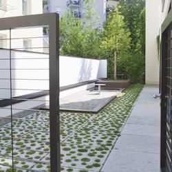 Wohn- und Geschäftshaus, Rinn Öffentlicher Raum, realgrün Landschaftsarchitekten, by mtextur